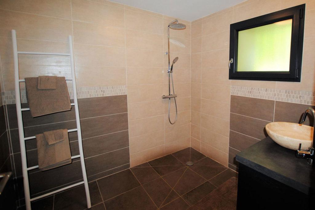 salle de bain avec duche maison forestière de bellevue
